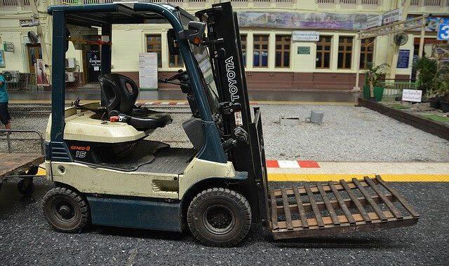 fork-lift-truck-1430377_640-3